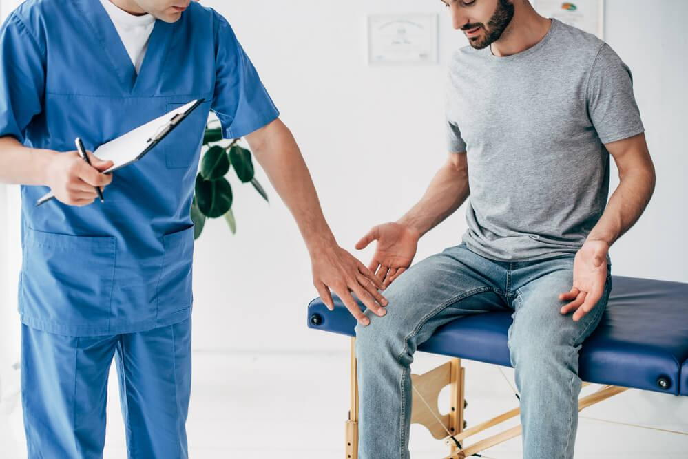 man coming to chiropractor for knee pain