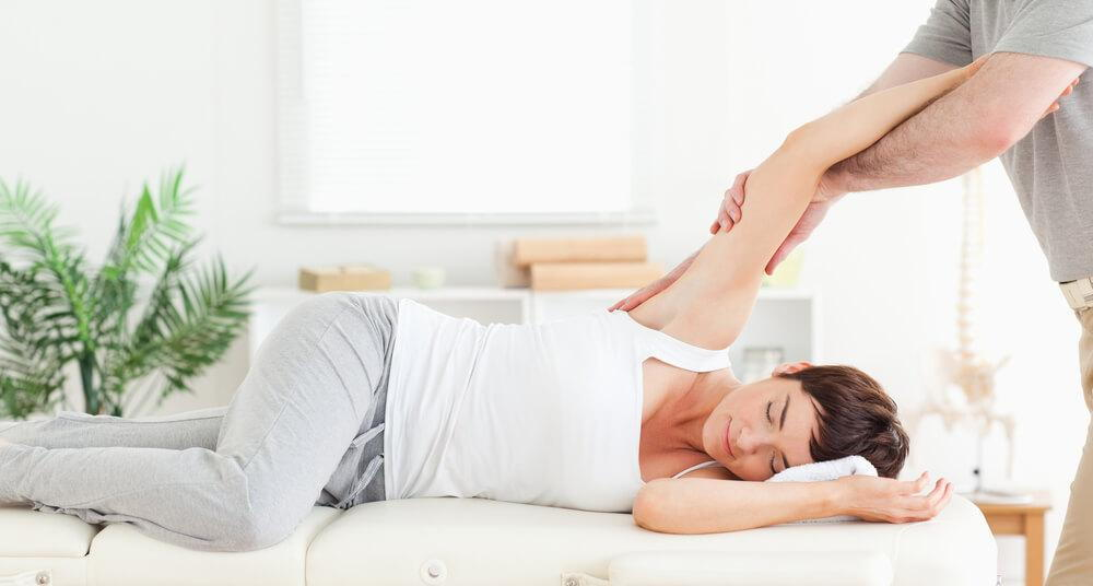 woman visiting a chiropractor for shoulder pain
