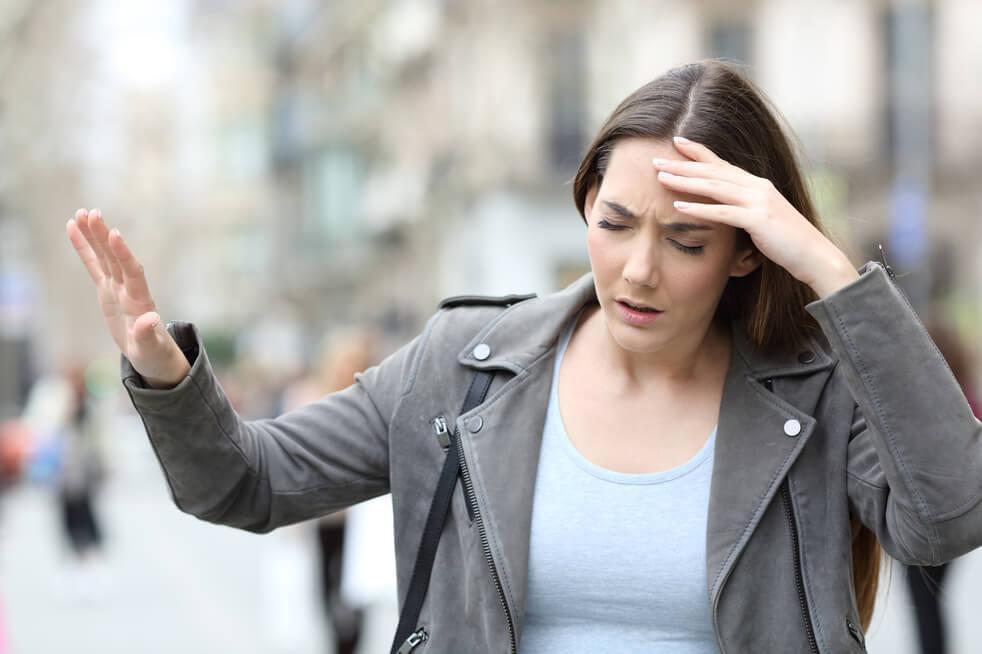 woman experiencing vertigo symptoms