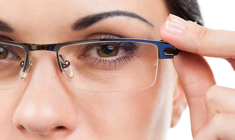 woman choosing the right prescription eyeglasses