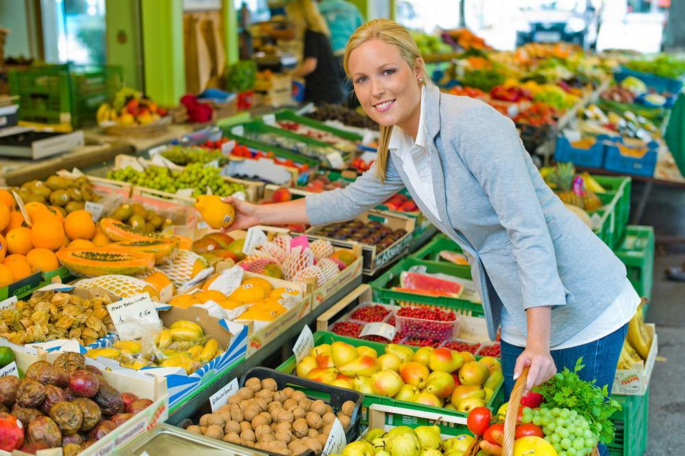 woman shopping for healthy groceries